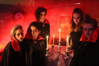 Gruseldinner_Dracula_Buehne_Servicemaedels_2